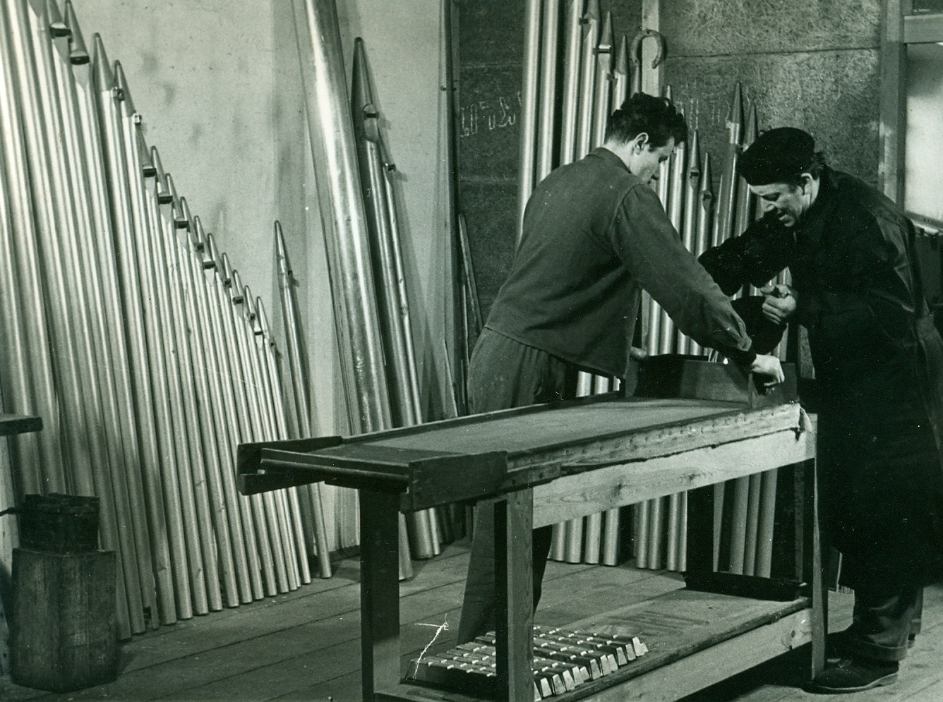Gregor Hradetzky II. und Lehrling beim Gieszlig;en von Zinnplatten
